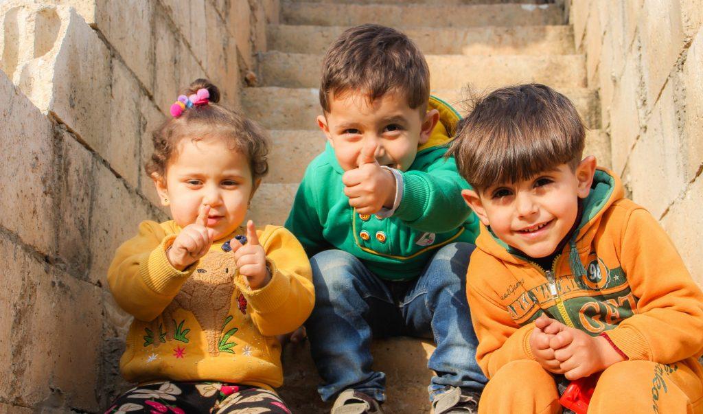 niños-pequeños-edad-juegos-educación-tablet-celular-tecnologia-desarrollo-kinder-preescolar-escuela-emlider