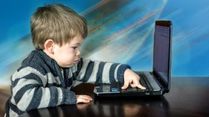 tablet-celular-computadora-niños-pequeños-edad-juegos-educación-tecnologia-desarrollo-kinder-preescolar-escuela-emlider