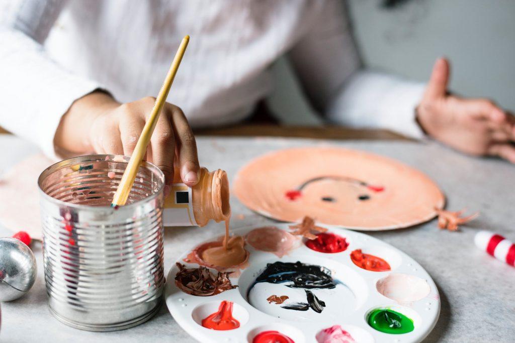 tablet-celular-niños-pequeños-edad-juegos-pintura-educación-alternativas-actividades