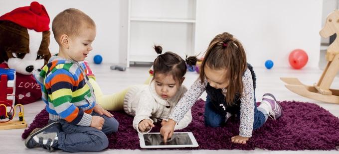 tablet-celular-niños-pequeños-edad-tecnologia-infancia-juegos-educacion