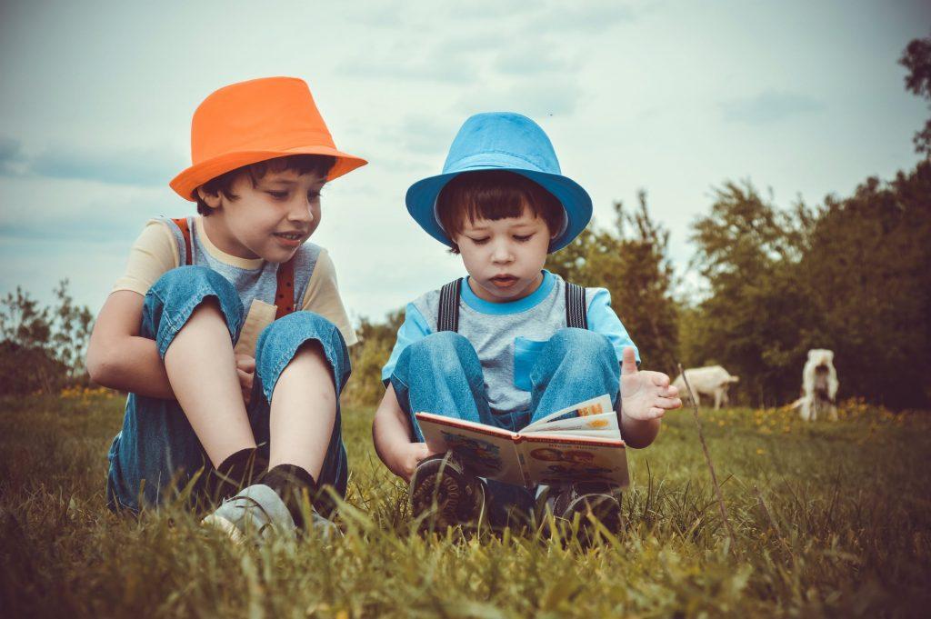 liderazgo-niños-escuela-educacion-kinder-preescolar-maternal-escribir-leer-aprender-hermanos-niños